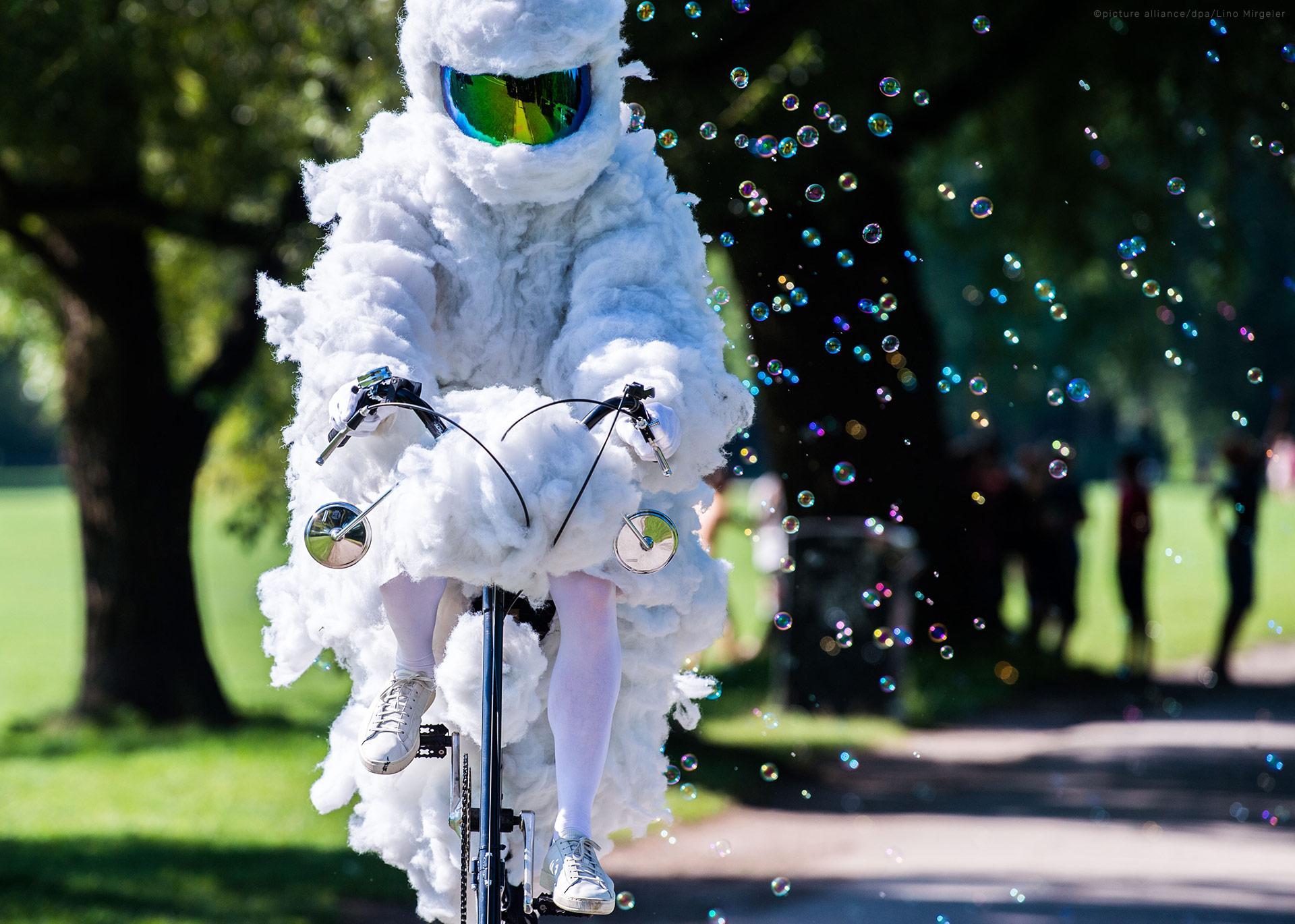 air-pollution-wolkenradler-cycling-cloud-cyclist-luftverschmutzung-soap-bubbles-106903106