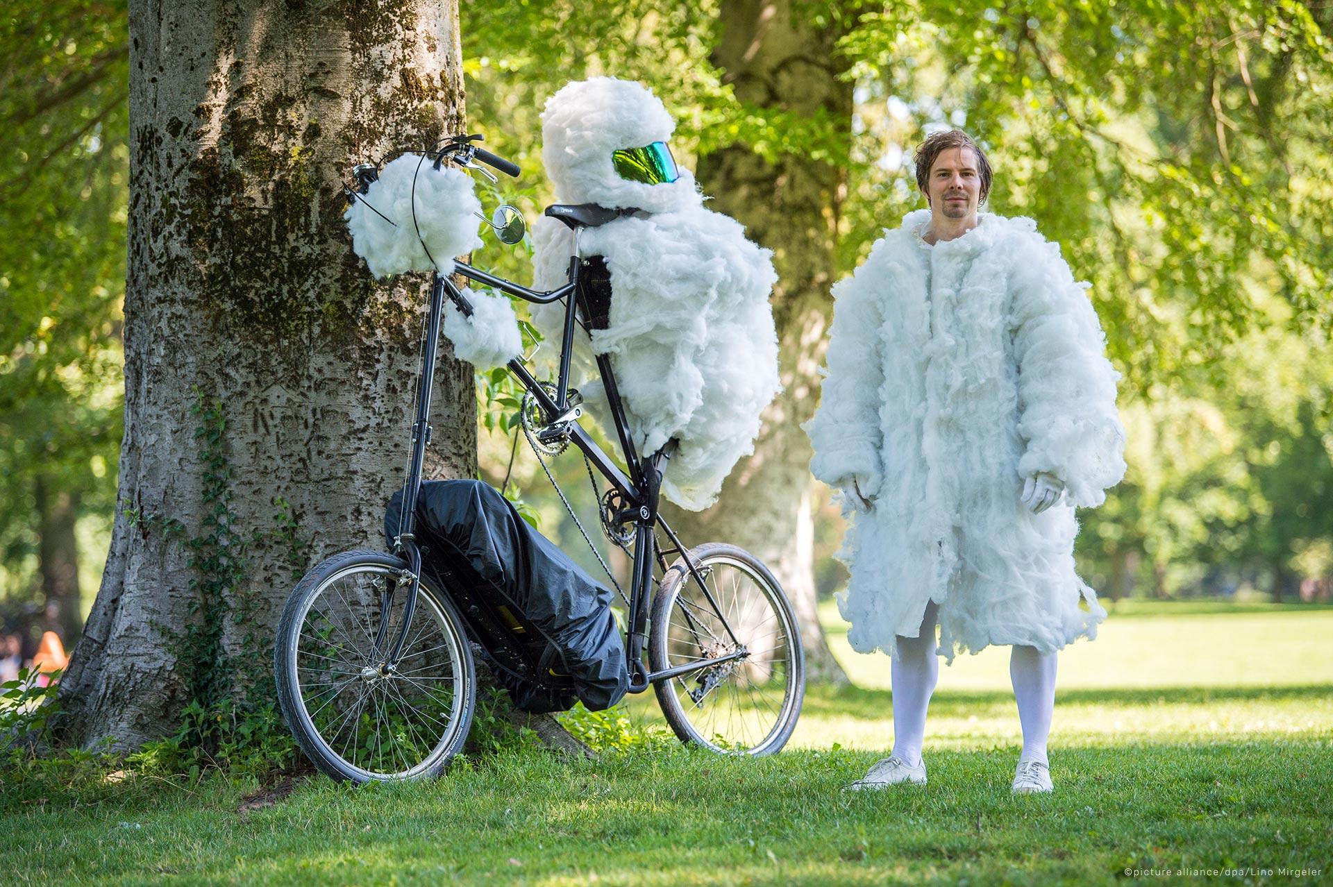 air-pollution-wolkenradler-cycling-cloud-cyclist-luftverschmutzung-soap-bubbles-smoke-106902923