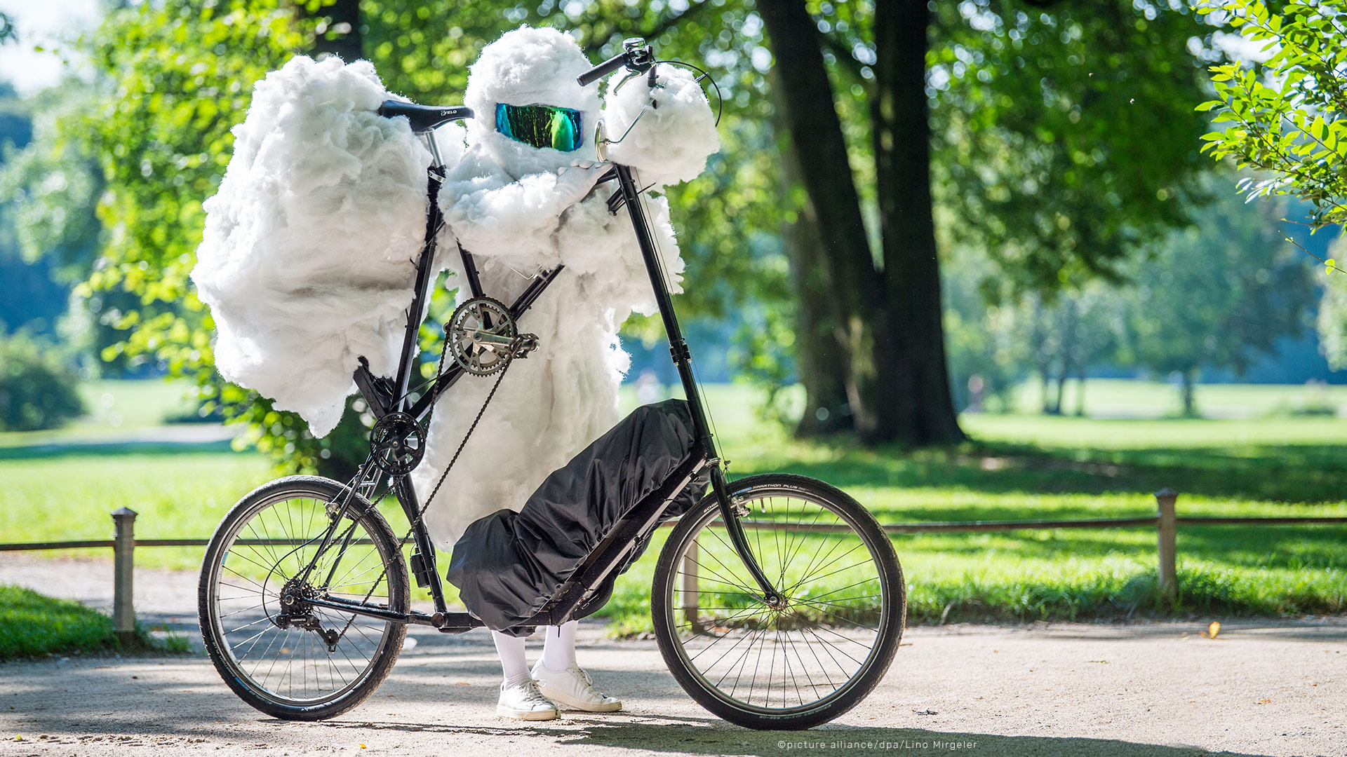 air-pollution-wolkenradler-cycling-cloud-cyclist-luftverschmutzung-soap-bubbles-smoke